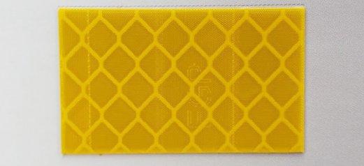 מדבקות כוורת מחזירות אור לתמרורים ושילוט רחוב צהוב
