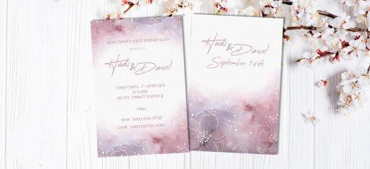 הזמנה לחתונה רקע ורוד סגול עם פרחים לבנים