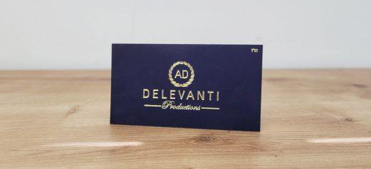 כרטיס ביקור רקע כחול משי והטבעת זהב